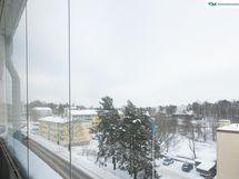 Avarat näkymät yli kattojen Kauppalanpuistoon ja Kivihakaan.