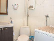 Alakerrassa kylpyhuone/wc