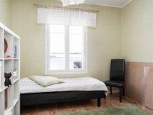 Alakerran makuuhuone 1, pihan puolelle