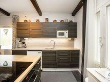 Keittiössä kattuparrut tuovat tunnelmaa