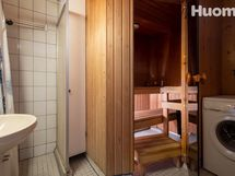 Sauna yläkerrassa, kph lattialämmityksellä