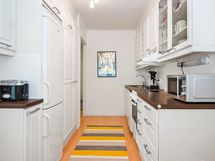 Keittiön kaapistojen ovet ja välitila maalattu 2020.