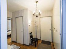 Eteisestä käynti kaikkiin asunnon tiloihin myös vaatehuoneeseen.