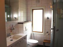 Kodinhoitohuoneen yhteydessä wc