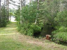 Vieressä virtaa pieni joki