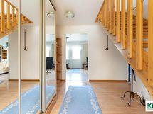 Eteisestä portaat yläkertaan