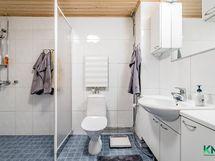 Kylpyhuone on tilava, hyvin suunniteltu kokonaisuus.