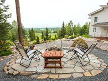Nuotiopaikka on rakennettu pihan korkeimmalle paikalle. Sieltä maisemien ihailu luonnistuu hienosti grillaamisen lomassa.