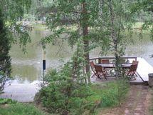 näkymä terassilta rantaan (vas. venelaituri, oik. rantalava + uimalaituri