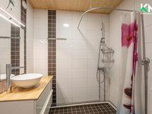Kylpyhuone laatoitettiin 2013