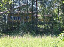 Näkymä tontille ja talolle Ottilantien puolelta