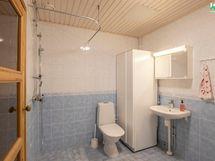 Kylpyhuoneessa on rauhalliset sävyt. Lämminvesivaraaja ja wc-istuin on uusittu 2020.