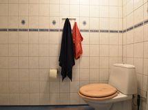 Yläkerran wc:ssa myös suihku