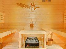 Sauna on sopivan kompakti, lauteet vastakkain.