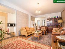 Olohuone on tilava, vasemmalle kuvassa jää ruokailutila.