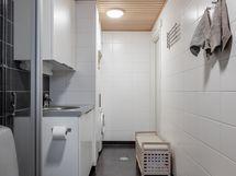 Tyylikäs kylpyhuone, jossa myös khh-tilat.
