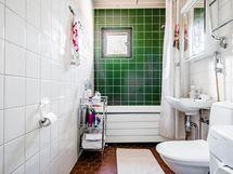 Siisti kylpyhuone, ammeen voi poistaa helposti
