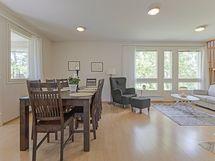 yhditetty olohuone ja ruokailutila on kaunis ja valoisa.