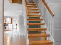 Kivat portaat yläkertaan.