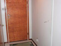 Eteisaula jatkuu käytäväksi, jonka päässä on ovi pesutiloihin.