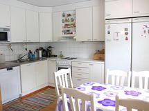 Keittiössä on ajattomat kaapistot.