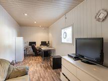 Lämmin toimistohuone hallirakennuksessa / Varmt kontorsutrymme i hallbyggnaden