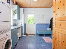 Tilavan kodinhoitohuoneen yhteydessä käytännöllinen sisääntulo.