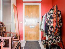 Sisäänkäynnissä väriä ja iso vaatehuone.