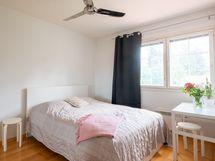 Makuuhuone lähinnä olohuonetta