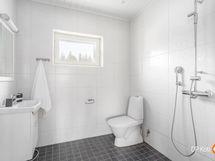 saunan yhteydessä oleva kylpyhuone