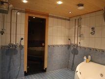 kylpyhuone, kaksi suihkua ja poreamme