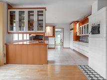 Näkymä ruokailuhuoneesta keittiöön ja khh:een.