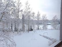 Talvinen, rauhaisa näkymä huoneiston ikkunoista