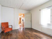 Kuva alakerran makuuhuoneesta (3)