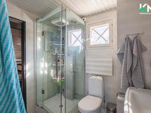 Kylpyhuonetta on uudistettu kalustein.