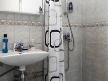 Kylpyhuone siistissä kunnossa, tilaan mahtuu myös pesukone
