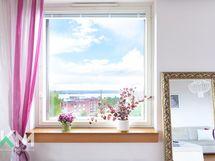 Järvinäkymä olohuoneen ikkunasta.