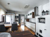 Keittiö ja takkahuone yhtenäistä tilaa
