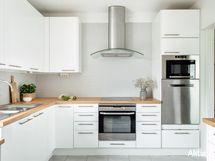 Valkeasävyinen, tyylikäs keittiö