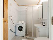 Siisti kylpyhuone, jossa myös paikka pesukoneelle