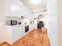 Esimerkki miltä näyttää vaaleammat keittiön kaapin ovet