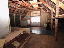 Yläkerran alkuperäiskuntoinen huone