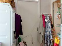 ...jonka takana ikkunallinen kylpyhuone