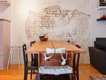 Keittiö-olohuonetilaan mahtuu isompikin ruokapöytä.