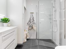 Valokuv esittelyasunnon C 39 kylpyhuoneesta