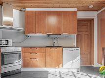 Keittiö on n. 22 m2. Keittiöstä kulku työhuoneeseen.