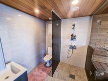 Rantasaunassa kylpyhuone ja wc