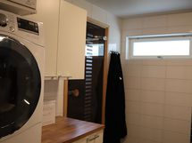kylpyhuoneessa pesukoneen paikka ja kaapistoja, ov