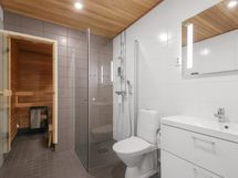 Tilava kylpyhuone/ Rymligt badrum