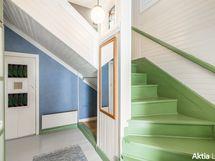 Eteisen portaan yläkertaan